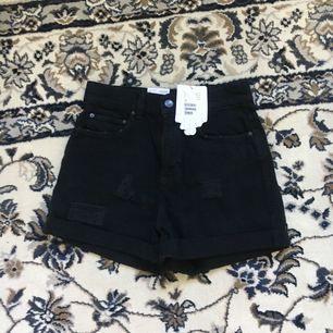 Svarta shorts med snygga slitningar på låren, från Monki i storlek xsmall. Höga i midjan. Aldrig använda.  Köparen står för ev frakt