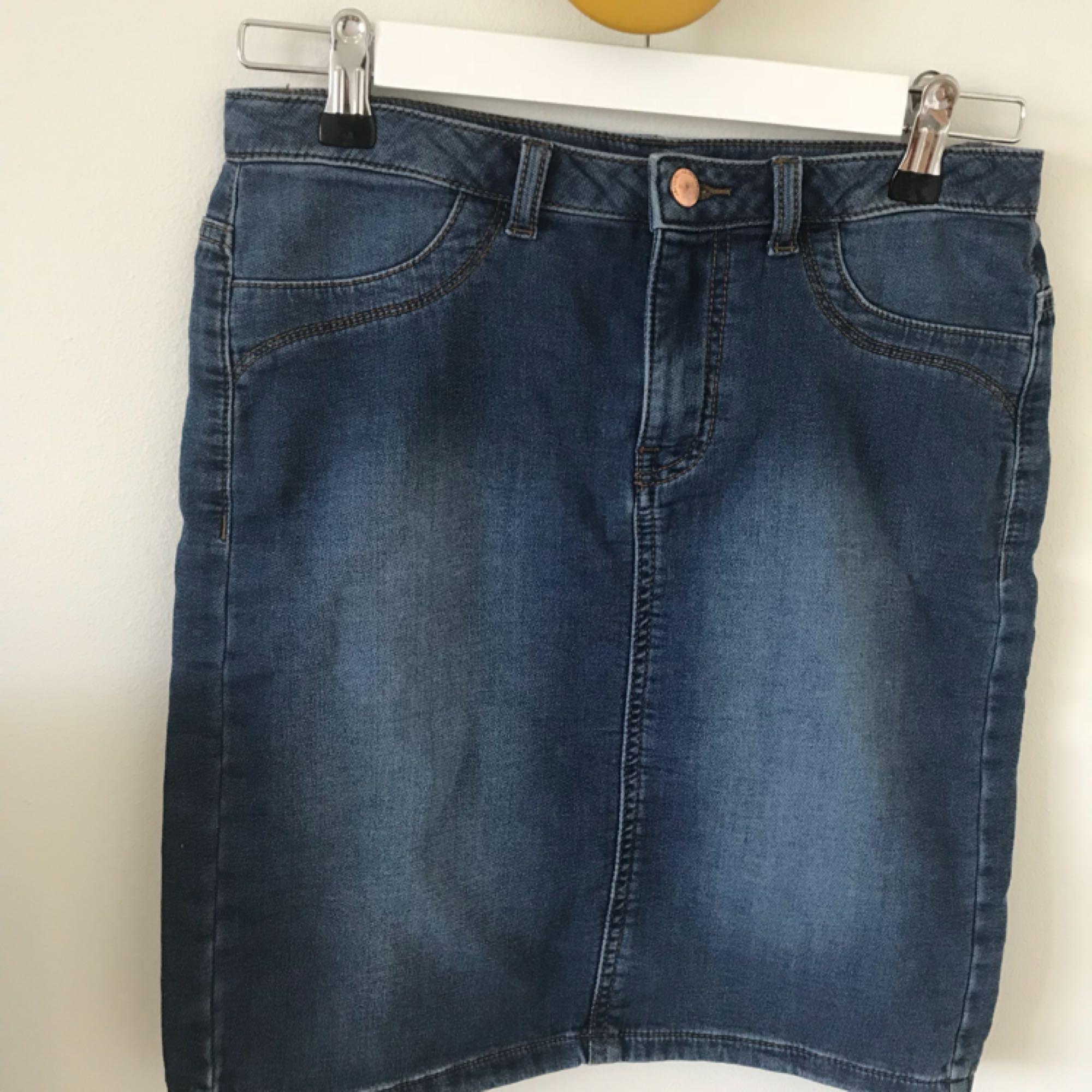 En helt oanvänd kjol från märket Jacqueline de Young! Kjolen är i fake jeans och är väldigt tunn. Den är perfekt till sommaren!☀️. Kjolar.