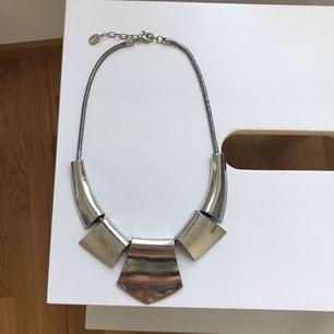 Fint silvrigt halsband med justerbar längd, knappt använt. Frakt tillkommer ✨