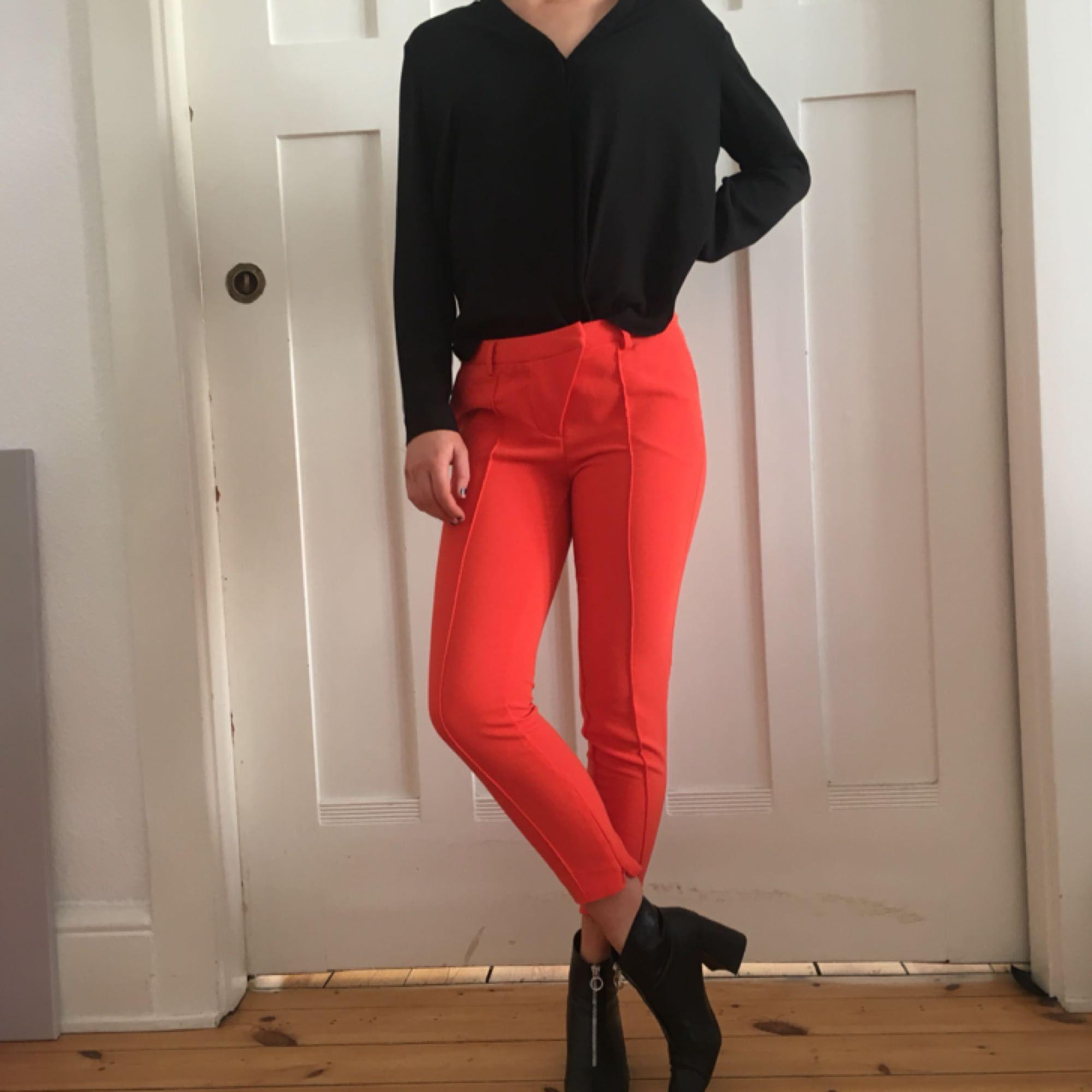 Sjukt snygga ganska tighta orange röda kostymbyxor från Angelica Blicks  kollektion på Bik Bok. 19c7eaba0a121