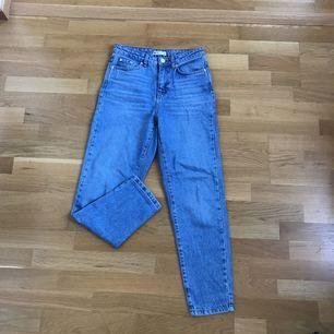 """Säljer mina boyfriend jeans """"Iris Mom Jeans"""" från Gina Tricot pga för långa för mig. Använda ett fåtal gånger, väldigt fint skick. Frakt 36kr 👖"""