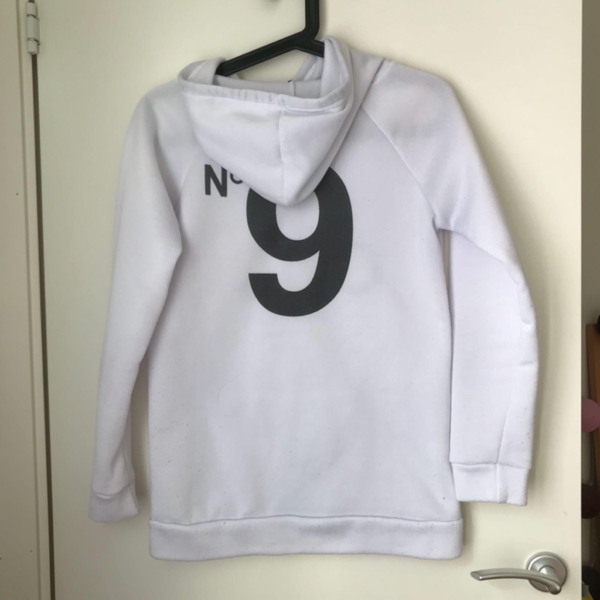 Bekväm vit hoodie som passar till allt.. Huvtröjor & Träningströjor.