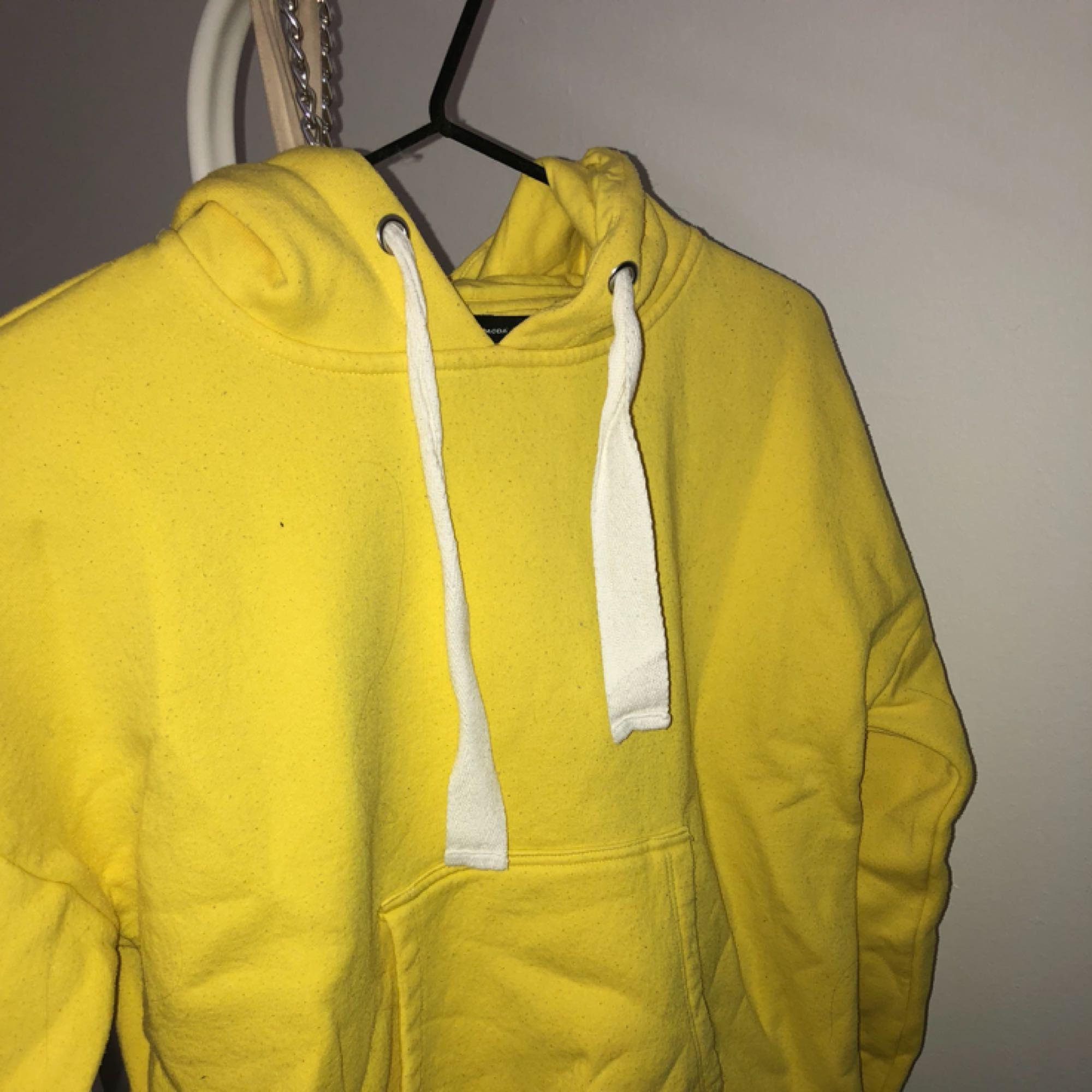 As ball gul hoodie från vero Moda i storlek XS men passar nog XS-M. Kan mötas upp i linköping annars står du för frakten. Pris kan diskuteras . Huvtröjor & Träningströjor.