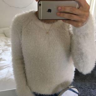 Utfin vit fluffig tröja. Fåtal gånger använd. Ordinarie pris 300kr