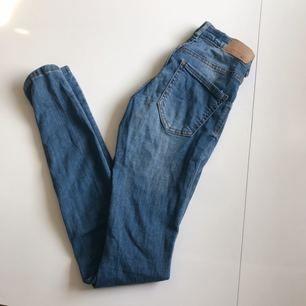 Supersnygga jeans i modellen Alex från Gina Tricot. Storlek XS, lågmidjade, inga hål eller liknande, säljer pga för små ❣️ köparen står för frakten
