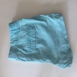 Härligt turkosa shorts från Berskha storlek 38. Köparen står för frakten