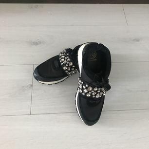 Kurt geiger svarta sneakers med diamanter på. Nypris 1499kr använd 2 ggr 🤷🏼♀️
