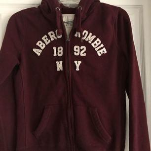 Sparsamt använd hoodie från Abercrombie & Fitch. Märkt som L, men deras storlekar är helt skeva och denna är mer som en S/M i storleken. Köptes för 799kr.