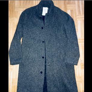 En jacka som har varit till hands för mig under alla dessa säsonger: höst/vår/vinter. Jackan är från MQ (designer Emilio) Ny pris 1999kr
