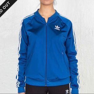 Knappt använd blå, slutsåld Adidas zip tröja