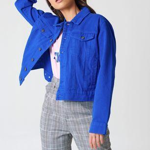 Missade sista datumet för retur så säljer denna snygga jacka som är helt ny från Na-kd! Det tillkommer frakt om du ej kan mötas i Göteborg. Nypris: 499kr Säljer även matchande jeans i samma färg!