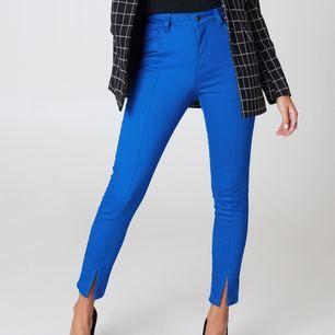 Missade sista datumet för retur så säljer dessa snygga jeans från na-kd! Helt nya, ligger i påsen med alla lappar kvar! Säljer även i storlek 34 samt en matchande jeansjacka i samma färg!  Nypris: 299kr