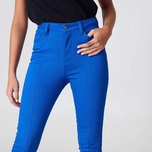 Missade sista datumet för retur så säljer nu dessa snygga jeans från na-kd! Alla lappar sitter kvar! Säljer även samma jeans i storlek 36 samt en matchande jeansjacka!  Nypris: 299