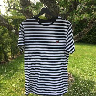 Svart o vit randig t-shirt från urban outfitters, är en man S men passar nog bra på en lite längre tjej också (annars ser den säkert bra ut oversized)  du betalar frakt🔆(ej inräknad)