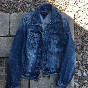 Jeansjacka från Tommy Hilfiger. Aldrig använd! Betalning via swish. Frakt 79kr