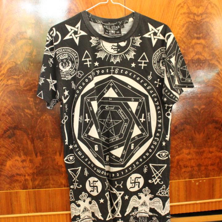 🌻 Jag bjuder på frakten! 🌻 Tshirt från killstar, köpt för ca 500 :- från deras hemsida! Finns någon diffus fläck fram (se bild 3.) Dock svårt att se pga så mycket mönster! Den är tvättad och redo för avfärd. . T-shirts.