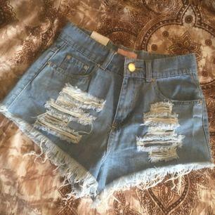 Jättefina shorts som är höga i midjan och har slitningar framtill :) aldrig använda!  220 kr inklusive frakt 🦋