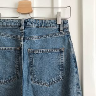 """Jeans """"KIMONO"""" från Monki. Använda en gång, mycket bra skick men har sprättat bort monki-lappen i bak. Möts upp i Sthlm eller skickar mot fraktkostnad."""