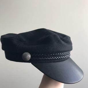 hatt från h&m som är använd ett par gånger ungefär! hel och fin, önskar bara jag hade mer att matcha den med
