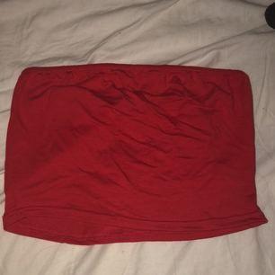 Helt ny röd tubtopp, endast testad.  Köparen betalar frakt!