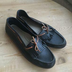 """Loafers i läder som är använda en gång, men tyvärr för små för mig. Perfekt skick! Tighta på """"höjden"""".  Köparen står för frakten, eller hämtas vid KTH eller västertorp/mälarhöjden. Toppskick✨"""