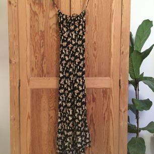 Klänning i stretchigt material och smala band som går omlott baktill, justerbara.  Köparen står för frakten, eller hämtas vid KTH eller västertorp/mälarhöjden. Toppskick✨