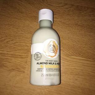 Helt oanvänd almond milk & honey duschkräm. Säljer för att jag har för många sådana produkter.