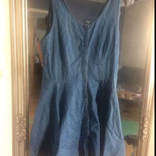 Supersnygg slutsåld jeansklänning från doktor denim/weekday med prislappen kvar. Nypris 500.