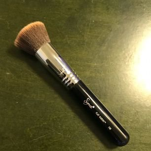 """Sigma Flat Kabuki Brush F80! Köpt för en vecka sedan på Eleven men insåg att jag inte är en """"borste-person"""". Använt 1 gång, kommer att tvättas med Sigmas egna borste-rengöring innan jag skickar den. Nypris 250:-, Mitt pris 220:- inkl. Frakt - Swish! 🌹"""