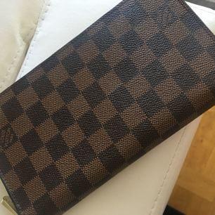 Säljer min äkta Louis Vuitton plånbok, size L. Endast använd en gång så den är i nyskick.