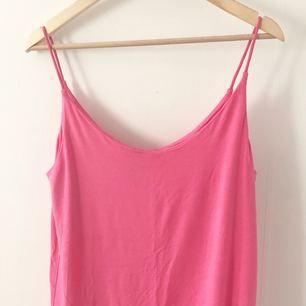 Skönt linne från H&M, knappt använd. Dubbeltyg vid brösten så syns ej igenom!