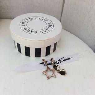 Två st Thomas Sabo-berlocker i form av en stjärna och ett par solglasögon. Fungerar egentligen till vilket berlocksmycke som helst! 🌻 Inköpspris 350kr st