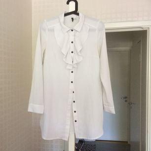 Fin blus med detaljer säljer billigt! Lång modell, kan användas med leggins!
