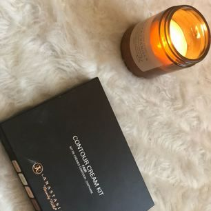Famous amazing bran Anastasia beverly hills Bought it from duty free , i tried to use it once but the the color didn't match me , super good contour kit ! Great reviews the new one costs 545 kr i pay frakt or we meet up in Stockholm