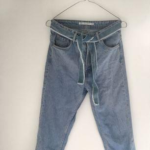 Högmidjade mom jeans från zara, fint skick!  Köpare står för frakt eller möts upp i Helsingborg