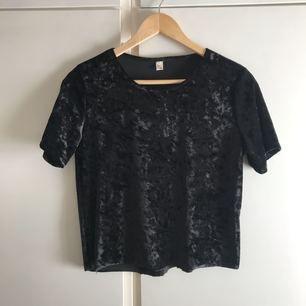 """Svart halvkort, t-shirt i velour. Har klippt av den själv, så den är liksom inte helt """"rak"""" nertill. Står strl L i men är som en S/M. Fin!!  Betalning sker via swish ⭐️ (frakt ingår i priset)"""