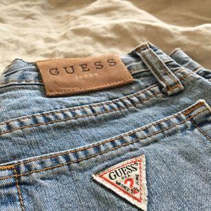 Jeans shorts från Guess. 76 cm i midjan. Väldigt snygga och bekväma. Köpta i secondhandbutik. Frakt ingår i priset :)