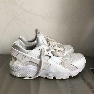 Nästan helt nya vita Nike huarache, nypris 1200kr :) kan gå ner i pris vid snabb affär
