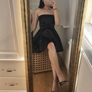 Svart cocktail klänning i tjockare silkes material. Sjuktbra material ! ✨