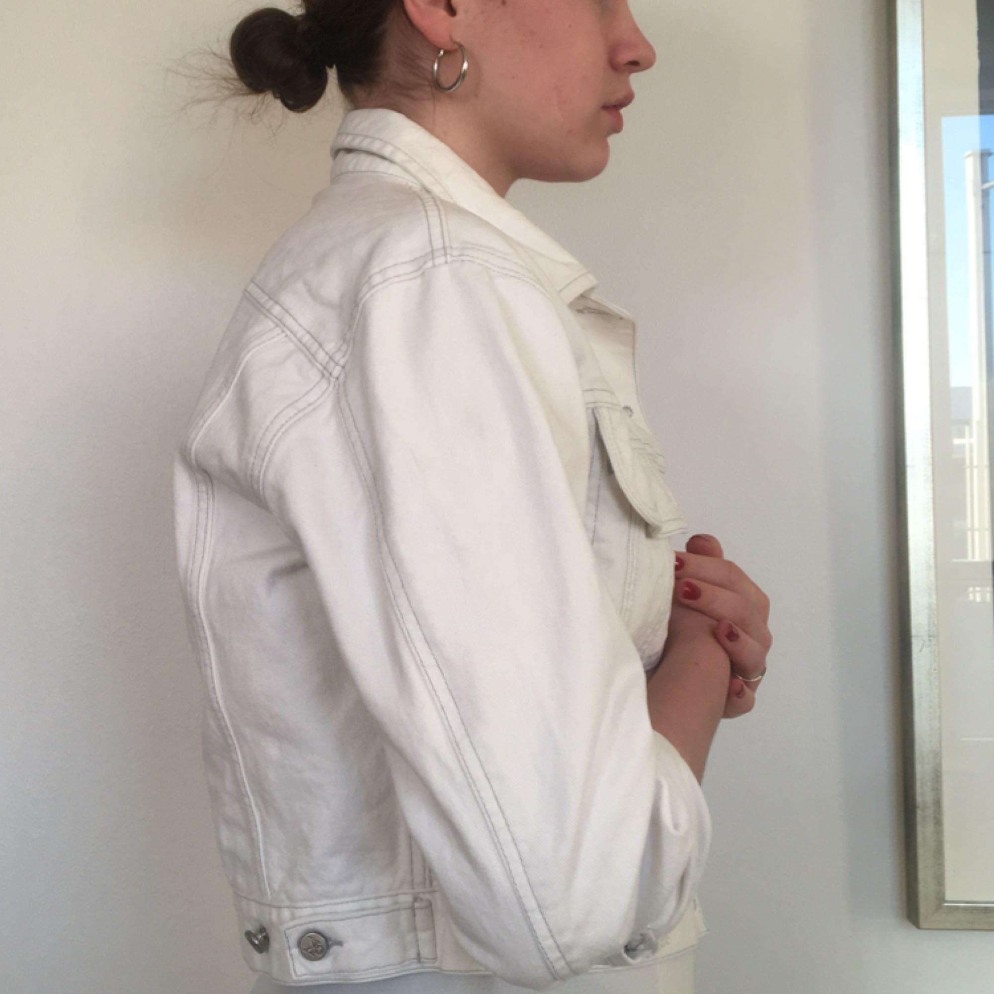 kort vit jeansjacka från calvin klein, fläckfri och i fint skick :-) egentligen storlek M men sitter som en storlek xs-s (frakt tillkommer). Jackor.