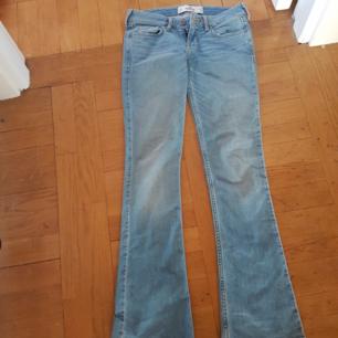 Fina jeans från Hollister i storlek w24 l31. Aldrig använda på grund av fel storlek!! Är därför helt i nyskick🌷 Tajta och utsvängda.
