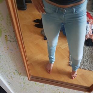 Hollister jeans i storlek w25 l29. Nyligen köpta, knappt använda :)