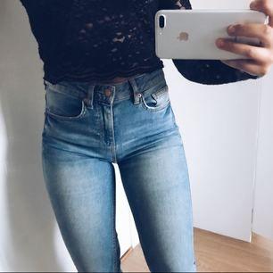 Ett par supersnygga högmidjade jeans som är ganska stretchiga så skulle  chansa på att den passar 260d02425d791