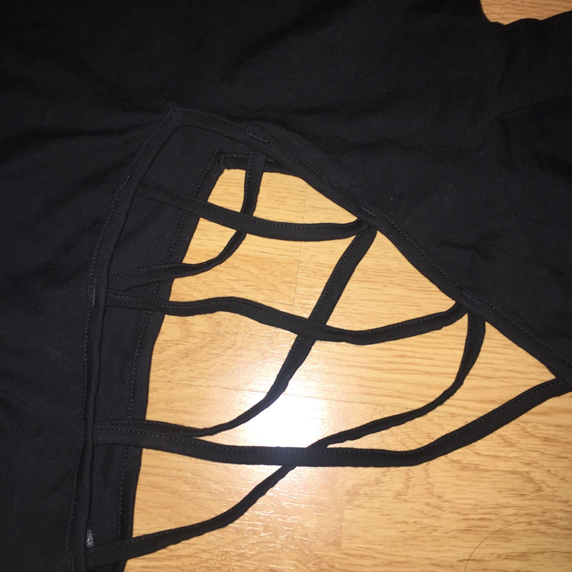 """V-neck svart t-tröja. Använd en gång. Är väldigt """"formfitting"""".. Toppar."""