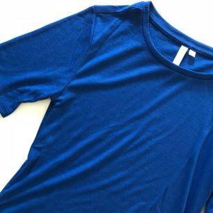 Supersnygg blå tröja, aldrig använd. Köparen står för frakt 💌