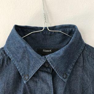 Skjorta med jeansimitation i 100% bomull. Ärmar går att knäppa upp!🌷