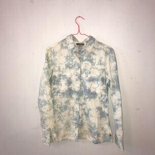 Skjorta från Maison Scotch som jag fick i present för ett tag sen, men som inte kommit till användning. Känns lite som en skjorta med sommarmoln!😌🌤