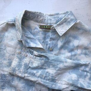 Skjorta från Maison Scotch som jag fick i present för ett tag sen, men som inte kommit till användning. Känns lite som en skjorta med sommarmoln!😌🌤. Skjortor.