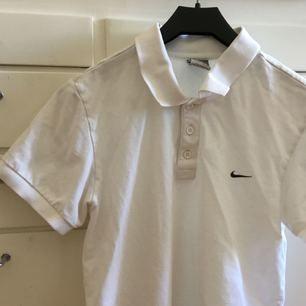 Piké från Nike som är sparsamt använd!  Frakt inkl  *se profilbeskrivning*