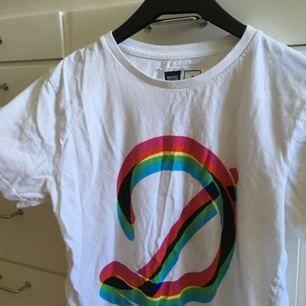 T-shirt från dedicated i mycket fint skick! Frakt inkl *se profilbeskrivning*